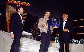 Ramazzotti premiato come vincitore della sezione Nuove Proposte al Festival di Sanremo 1984 con Terra promessa