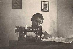 Inizio anni '60: casalinga che cuce con macchina da cucire della Borletti