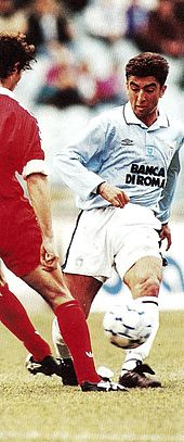 Di Matteo in azione con la maglia della Lazio nel corso della stagione 1994-1995