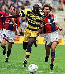 Il parmense Thuram contrasta il bolognese Binotto in un derby emiliano della stagione 1998-1999
