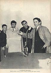 Pasolini parla a un microfono, tre ragazzi lo ascoltano. La didascalia della foto recita: La morale comunista: Pasolini predica contro la censura dinanzi ai giovani delle sezioni romane.