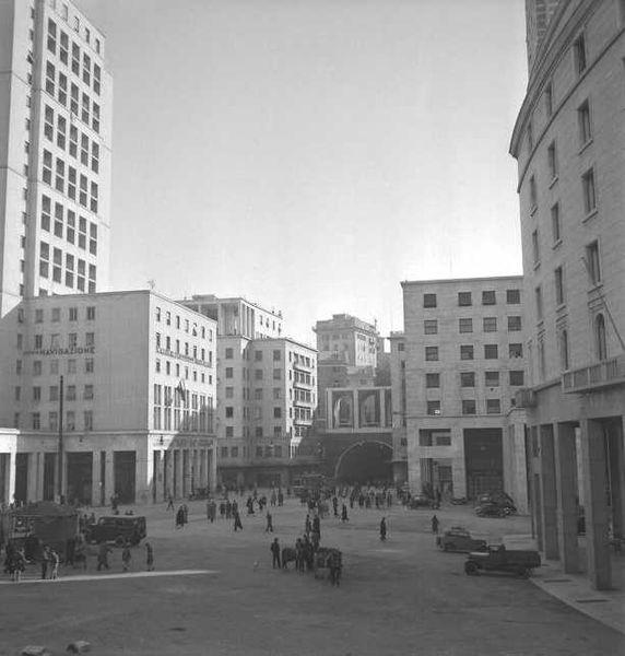 Gratte-ciel de la Piazza Dante dans le quartier San Vincenzo à Gênes dans les années 1930/1940.