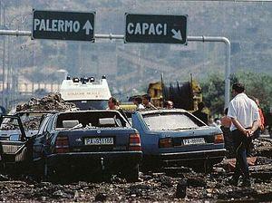 La FIAT Croma azzurra (a destra) sul luogo dell'attentato, insieme a una Lancia Thema rimasta coinvolta.