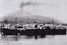 Il Vesuvio fumante visto dal porto di Torre Annunziata, nel 1903