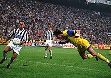 Con un inserimento dalle retrovie, una delle sue specialità, Dino Baggio segna alla Juventus il definitivo 1-1 nella finale di ritorno della Coppa UEFA 1994-1995, rete che consegnò al Parma il trofeo.