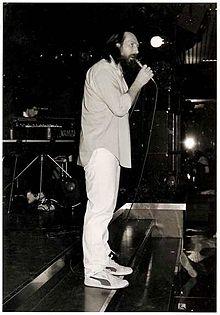 Andrea Mingardi durante un'esibizione alla discoteca Taro Taro di Collecchio nel 1984