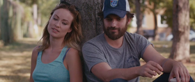 Olivia Wilde e Jake Johnson in una scena del film