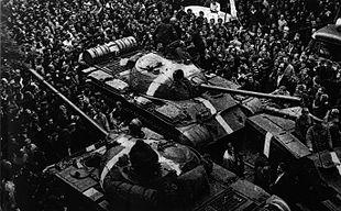 Folla di dimostranti che circondano alcuni carri armati sovietici durante i primi giorni dell'invasione.