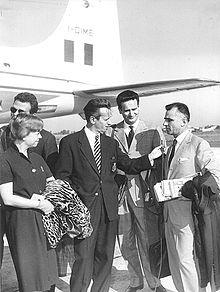 Giulietta Masina in compagnia del giornalista Carlo Mazzarella e di Mario Monicelli, 1958