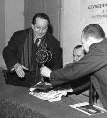 Meldola (FO), 1966: Annigoni riceve una caveja in ferro battuto da Tonino Simoncelli, organizzatore della mostra, alla presenza del sindaco Aurelio Strada.