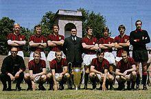 Foto celebrativa all'Arena Civica del Milan con la Coppa dei Campioni 1969, Rivera è in piedi, il terzo da destra