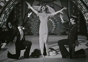 Poli si esibisce en travesti con Raffaella Carrà (a sinistra) e Mina (a destra) a Milleluci nel 1974