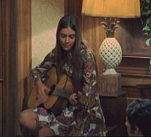 Un'esibizione di Romina Power con la chitarra acustica nel 1969.