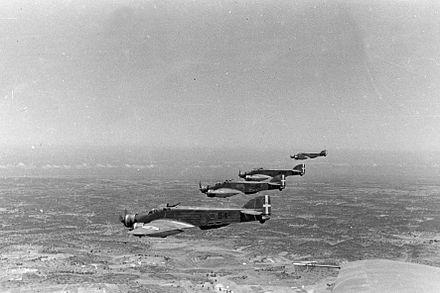 Una formazione di quattro Savoia-Marchetti S.M.79 Sparviero della 54ª Squadriglia del 47º Gruppo del 15º Stormo B.T. durante una missione in Africa Settentrionale nell'estate del 1940.