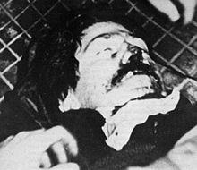 Francesco Lorusso a terra colpito dal proiettile