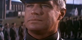 George Peppard in una scena del film