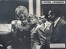 25 aprile 1945: Mussolini abbandona la prefettura di Milano A sinistra il tenente Fritz Birzer, capo scorta delle SS. Questa è l'ultima foto che ritrae Mussolini vivo.