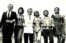 Montesano (secondo da destra) con il resto del cast di Io non vedo, tu non parli, lui non sente (1971)