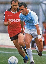 Di Canio in azione con la maglia della Lazio nel 1989, alle prese con il pisano Cuoghi.