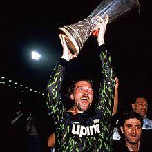 Tacconi solleva da capitano della Juventus la Coppa UEFA 1989-1990