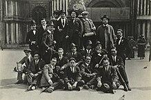Balbo con la sua squadra d'azione a Venezia nel 1921 davanti alla Basilica di San Marco porta il cappello nero dei repubblicani. Nella foto insieme a Ippolito Radaelli e Umberto Albini
