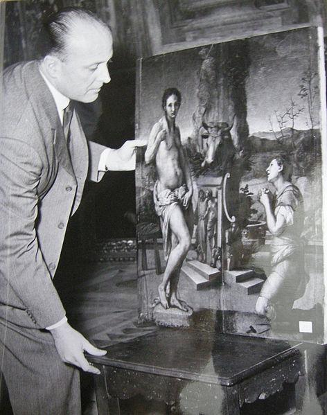 File:Rodolfo siviero con un quadro di pontormo in un'immagine degli anni cinquanta.JPG