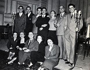 Nella compagnia del teatro comico di Radio Rai di Roma (1952): in piedi (da sinistra) Manfredi, Renato Turi, Elio Pandolfi, Silvio Noto, Clely Fiamma, Italo Carelli, Carlo Giuffré, seduti Deddi Savagnone, Wanda Tettoni, Silvio Gigli, Antonella Steni e Giusi Raspani Dandolo