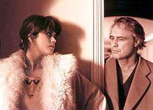 Maria Schneider con Marlon Brando in Ultimo tango a Parigi, nel 1972
