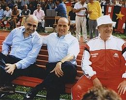 Galliani (primo da sinistra), insieme al presidente Silvio Berlusconi e all'allenatore Nils Liedholm, durante un'amichevole precampionato del Milan nel 1986.