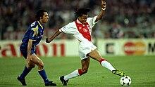 Davids (a destra) in azione all'Ajax nel 1996, nel corso della finale di Champions League a Roma, sotto lo sguardo dello juventino Sousa.