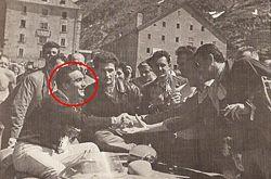 Eugenio Castellotti festeggiato dopo l'arrivo al Passo del Gran San Bernardo (il volto del pilota è racchiuso nel cerchio rosso)