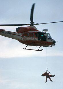 Un elicottero dei Vigili del fuoco intento in un'operazione di salvataggio simulata.