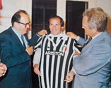 1981. Il patron di Ariston, Francesco Merloni, assieme a Furino e Boniperti, mostrano la nuova maglia della Juventus sponsorizzata dall'azienda.