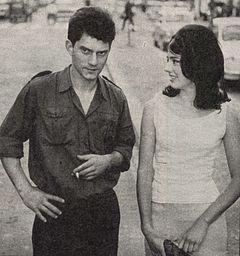 Luigi Tenco con Donatella Turri nel 1962 durante le riprese del film La cuccagna.