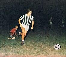 Un giovane Rossi supera Antonio Cabrini (sullo sfondo) in un'amichevole tra la formazione Primavera juventina e la Cremonese, nell'annata 1974-1975, pochi anni dopo, entrambi saranno titolari in azzurro ai Mondiali 1978.