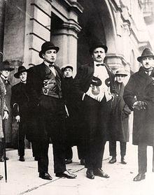 In prima fila: Depero, Marinetti e Cangiullo nei loro panciotti futuristi. Fotografia scattata il 14 gennaio 1924, in occasione della replica dello spettacolo della Compagnia del Nuovo Teatro Futurista a Torino.