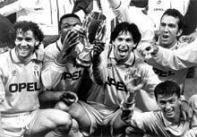 Donadoni (a sinistra), assieme a Desailly, Albertini, Di Canio e Panucci, festeggia la vittoria del Milan nella Supercoppa UEFA 1994.