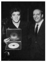 Mino Reitano riceve da Alfredo Rossi il disco d'argento per le 500.000 copie vendute di Una chitarra, cento illusioni (nel febbraio 1969)