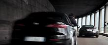 Un criminale (sull'Alfa Romeo 159) e 007 (sull'Aston Martin DBS) nell'inseguimento tra il lago di Garda e Siena, nel prologo del film.