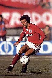 Il brasiliano Júnior a metà anni 1980 con la tradizionale divisa del Torino: maglia e calzettoni granata, interrotti da pantaloncini bianchi.