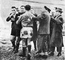 Un'immagine di Legnano-Bologna del 3 febbraio 1952, che costò la sconfitta a tavolino 2-0 per le aggressioni all'arbitro Bruno Tassini