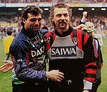 Tacconi (a destra) al Genoa nel 1994, mentre saluta Angelo Peruzzi suo erede a Torino.[23]