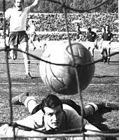 Un giovane Albertosi alla Fiorentina nel 1961, battuto da un tiro del laziale Pozzan.