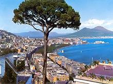 Celebre veduta del Vesuvio e del pino domestico sovrastante la città di Napoli negli anni cinquanta