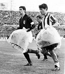 Maldini e Omar Sívori prima di uno Juventus-Milan del 1962