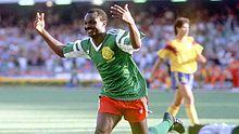 Roger Milla festeggia dopo uno dei suoi due gol alla Colombia agli ottavi di Italia '90