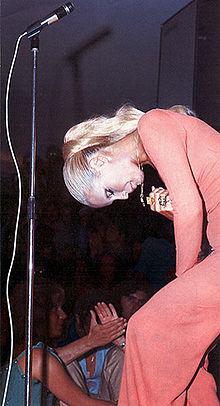 Patty Pravo in concerto, durante uno dei recital con i brani dell'album Sì... Incoerenza (1972).