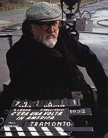 Il regista Sergio Leone durante le riprese di un altro suo film, C'era una volta in America