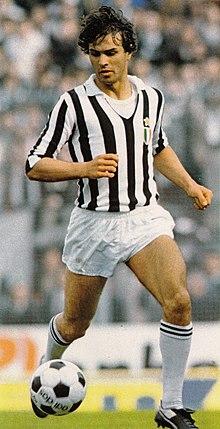 815d659cd Antonio Cabrini in azione con la classica divisa della Juventus: maglia a  strisce verticali bianche e nere, con pantaloncini e calzettoni bianchi.