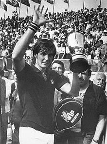 Panatta premiato come vincitore a Roma nel 1976